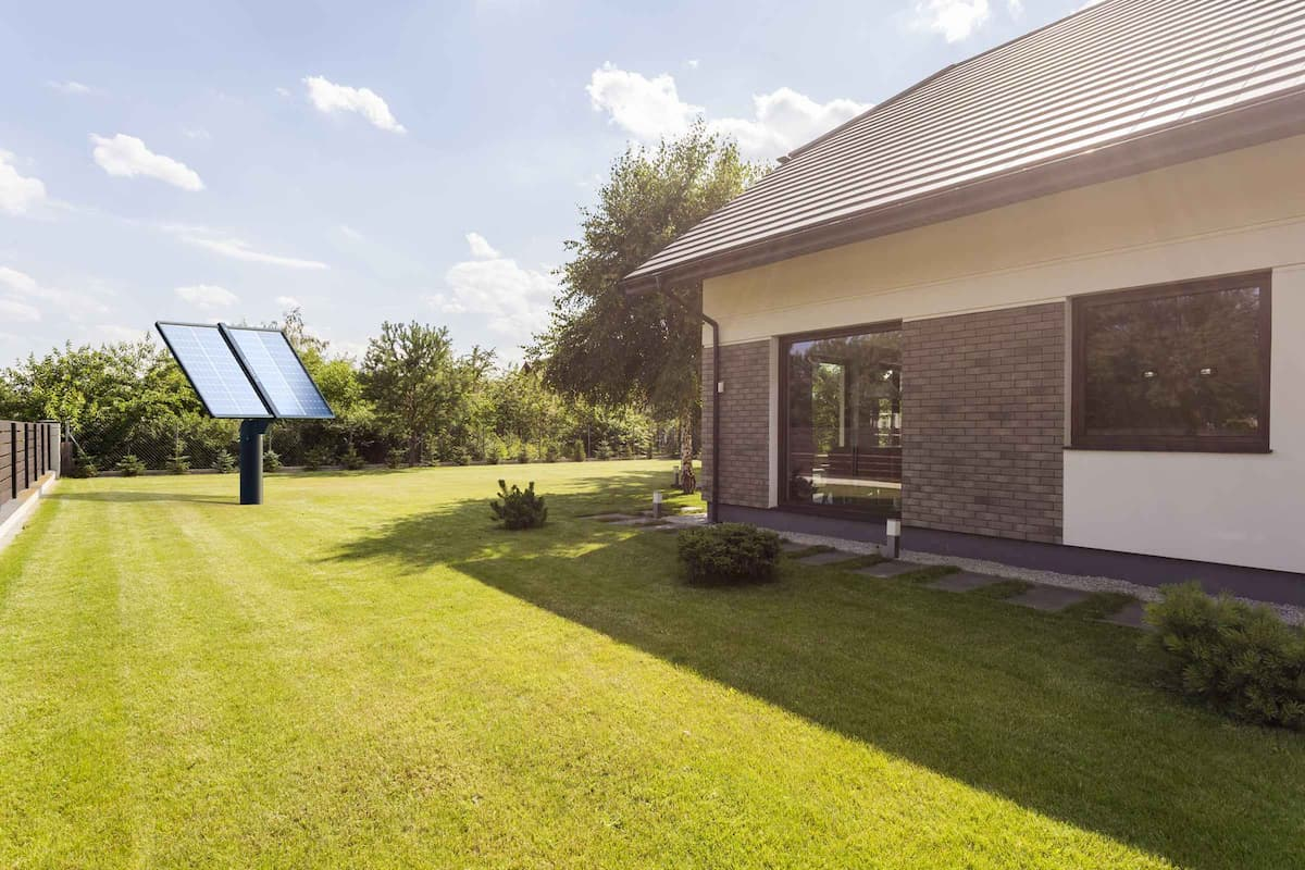 Tracker photovoltaïque Lumioo dans un jardin