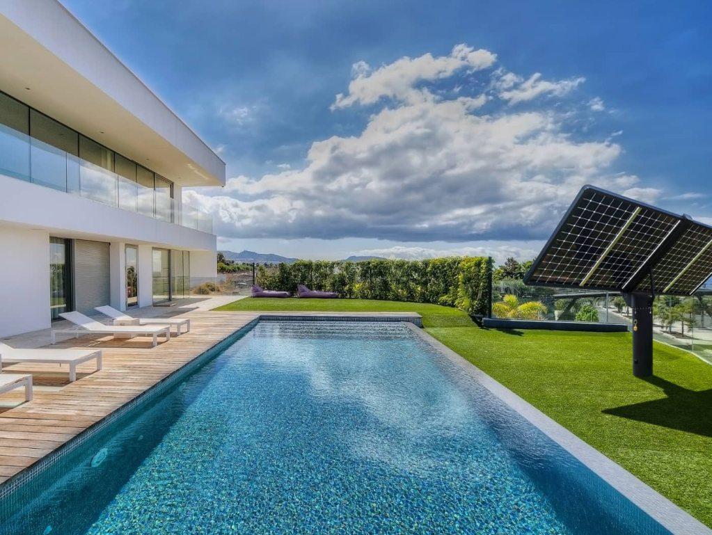 Alimenter sa piscine au solaire avec le suiveur photovoltaïque Lumioo